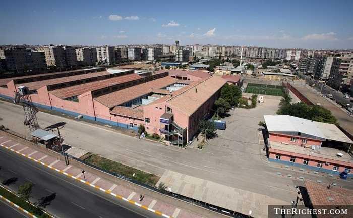 Nhà tù Diyarbakir. Nằm ở Thổ Nhĩ Kỳ, nhà tù này được biết đến là một nơi vô cùng kém nhân đạo. Hơi khác biệt một chút khi tình trạng bạo lực tại nhà tù Diyabakir không đến từ các tù nhân mà đến từ quản ngục. Năm 1996, đã có 10 tù nhân mất mạng và 23 người khác bị thương do bị quản ngục tra tấn