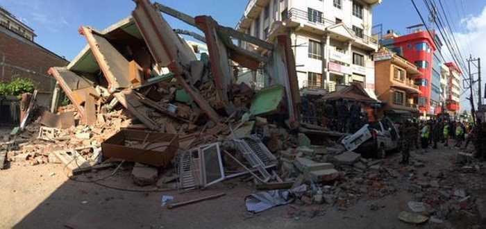 Vụ động đất ngày 12/5 xảy ra ở miền Tây Nepal, gần biên giới Trung Quốc ở độ sâu khoảng 18.5km. Tâm chấn nằm cách thủ đô Kathmandu khoảng 83km, nơi nhiều tòa nhà bị phá hủy do trận động đất trước đó.