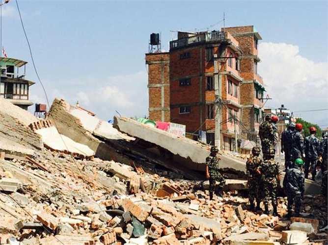 Một bức ảnh cho thấy ngôi nhà khoảng 4 tầng đã đổ nát hoàn toàn sau trận động đất