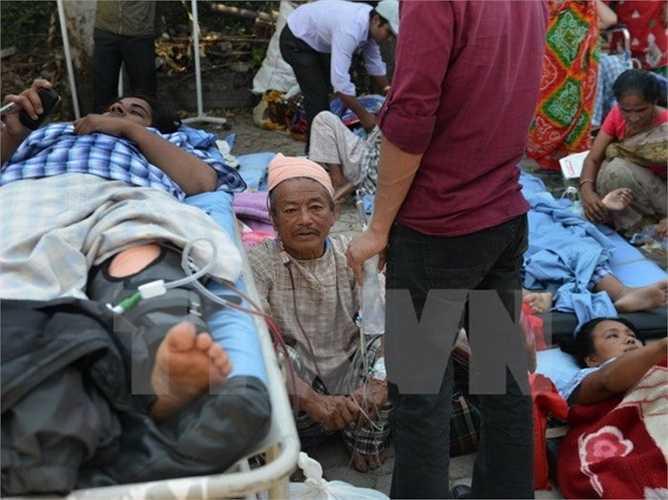 AFP và Reuters đưa tin, ngày 12/5, nhà chức trách Nepal đã ra lệnh đóng cửa sân bay quốc tế ở thủ đô Kathmandu sau khi nước này tiếp tục phải hứng chịu một trận động đất mạnh 7,5 độ Richter này