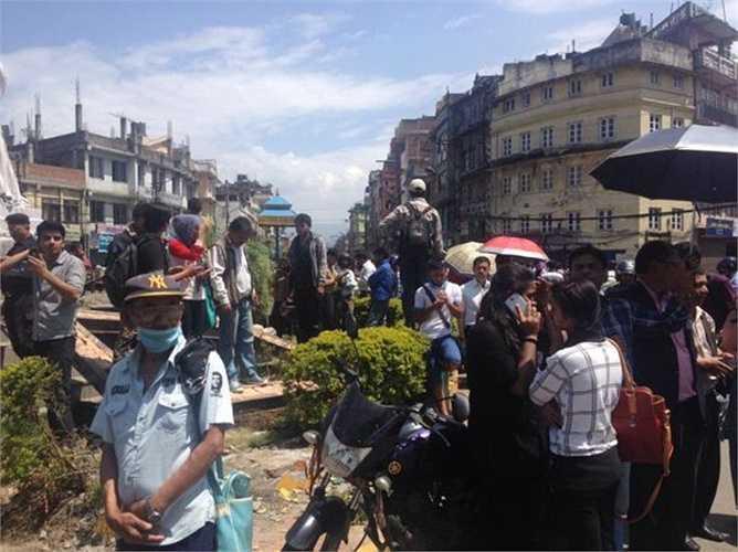 """""""Đây là một trận động đất rất mạnh"""" - Reuters dẫn lời ông Prakash Shilpakar, chủ một cửa hàng ở thành phố Kathmandu. Rất nhiều người dân thủ đô Nepal đã hoảng loạn chạy ra đường vì sợ nhà cửa sụp đổ."""