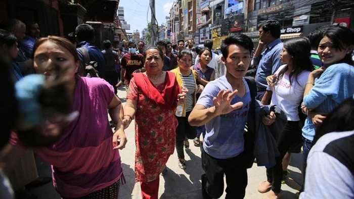 Người dân Nepal đang vô cùng hoảng loạn, họ chạy ra đường do lo sợ bị vùi lấp trong các đống đổ nát