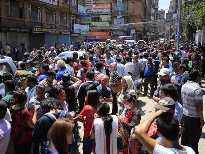 Sóng chấn động lan tới tận phía bắc Ấn Độ và cả thủ đô New Delhi. Tại đây, các tòa nhà rung lắc mạnh trong hơn 1 phút và nhiều người dân cũng hoảng sợ chạy ra đường.
