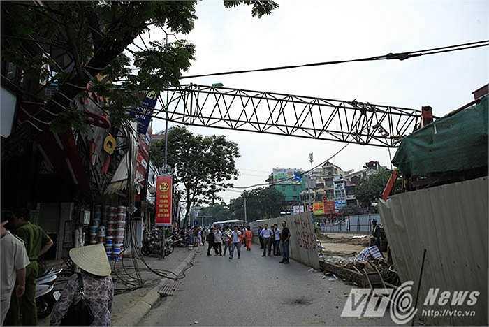 Chiều 12/5, tại đường Cầu Giấy, Hà Nội cần cẩu thi công đường sắt trên cao bất ngờ đổ sập làm một thai phụ và một người đi đường bị thương.