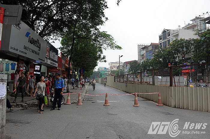 Hiện tại tuyến đường Cầu Giấy đoạn đi ngang qua khu vực xảy ra sự cố đã được ngăn lại để khắc phục sự cố (Ảnh: Việt Linh)