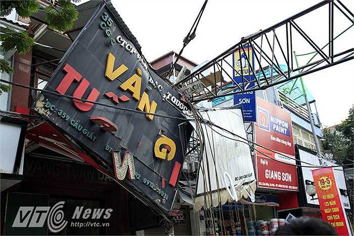 Vụ tai nạn khiến chiếc cần cẩu đổ đè sập biển hiệu quảng cáo của cửa hàng vàng có địa chỉ tại số 359, Cầu Giấy.