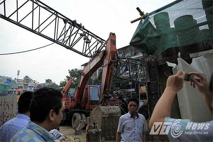 Ông Lê Xuân Hoàng, Phó Giám đốc Ban quản lý dự án đường sắt đô thị Hà Nội cho biết, ông vừa nhận được thông tin và đang trên đường đến hiện trường.