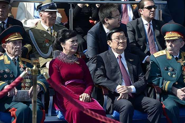 Chủ tịch nước Trương Tấn Sang (thứ hai bên phải) cùng phu nhân Mai Thị Hạnh trong lễ duyệt binh kỷ niệm 70 năm Chiến thắng Chiến tranh Vệ quốc Vĩ đại 1941-1945