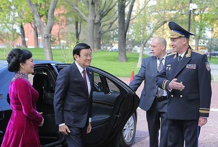 Tư lệnh quân quản Kremlin Sergei Khlebnikov (phải) và Chủ tịch nước Trương Tấn Sang trong nghi lễ đón lãnh đạo các phái đoàn nước ngoài và khách mời tại điện Kremlin