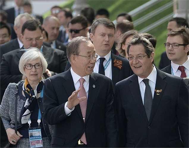 Tổng thống CH Síp Nikos Anastasiadis và Tổng Thư ký Liên Hợp Quốc Ban Ki-moon trước nghi lễ đặt hoa tại Mộ Chiến sĩ Vô danh ở Vườn Alexandrov