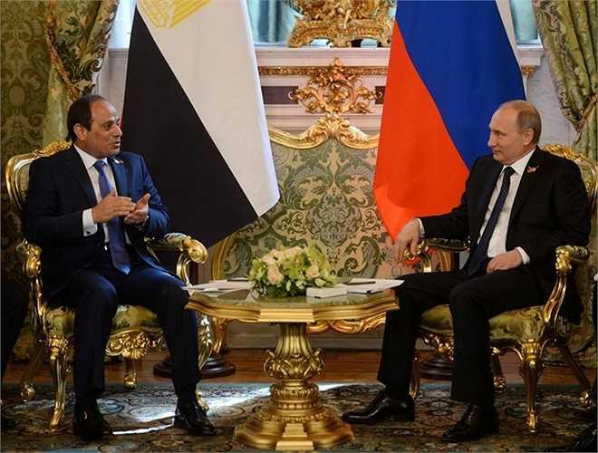 Tổng thống Nga Vladimir Putin (phải) và Tổng thống Ai Cập Abdel Fattah al-Sisi trong cuộc gặp tại điện Kremlin