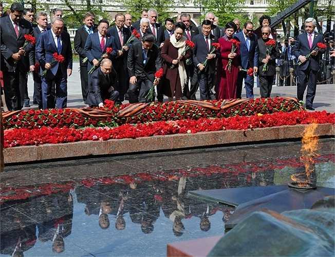 Tổng thống Nga Vladimir Putin và các vị đứng đầu phái đoàn nước ngoài trong nghi lễ đặt hoa tại Mộ Chiến sĩ Vô danh ở Vườn Alexandrov