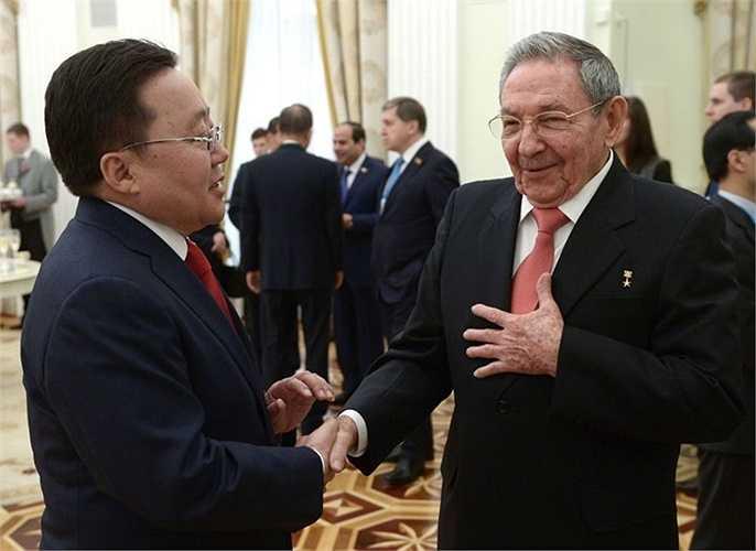 Tổng thống Mông Cổ Elbegdorj Tsakhia và Chủ tịch Hội đồng Nhà nước Cuba Raul Castro trong cuộc gặp tại điện Kremlin