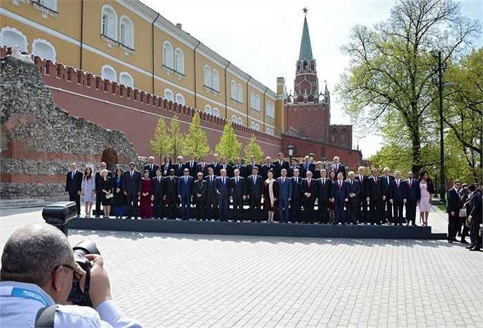 Nghi lễ chụp ảnh chung của các trưởng phái đoàn và khách mời danh dự tại Vườn Alexandrov sau cuộc duyệt binh kỷ niệm 70 năm Chiến thắng trong Chiến tranh Vệ quốc Vĩ đại