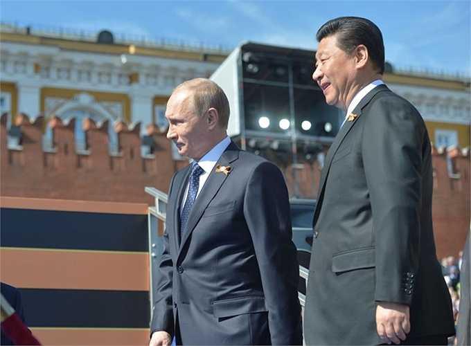 Tổng thống Nga Vladimir Putin và Chủ tịch Trung Quốc Tập Cận Bình trước khi bắt đầu duyệt binh trên Quảng trường Đỏ ở Matxcơva