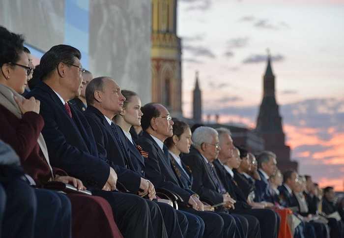 Tổng thống LB Nga Vladimir Putin (thứ ba bên trái) và Chủ tịch Trung Quốc Tập Cận Bình cùng phu nhân Bành Lệ Viên (trái) tại buổi hòa nhạc lễ hội 'Những con đường của Chiến thắng Vĩ đại'