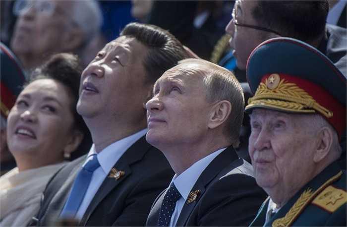 Tổng thống Nga Vladimir Putin và Chủ tịch Trung Quốc Tập Cận Bình cùng phu nhân trong thời gian duyệt binh kỷ niệm 70 năm chiến thắng phát xít