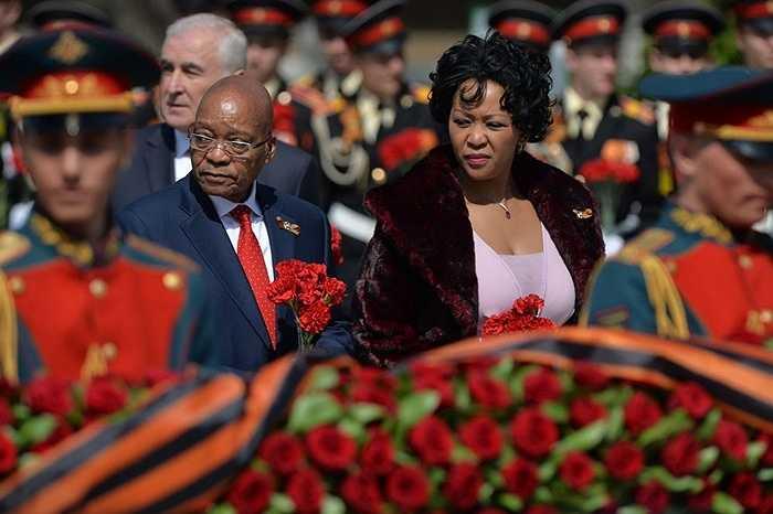 Tổng thống CH Nam Phi Jacob Zuma và phu nhân trong nghi lễ đặt hoa tại Mộ Chiến sĩ Vô danh trong Vườn Alexandrov