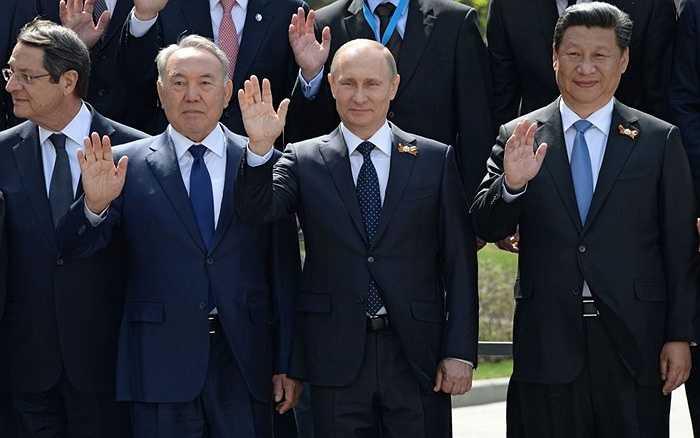 Ảnh chung của các trưởng đoàn đại biểu và khách mời danh dự trong Vườn Alexandrov