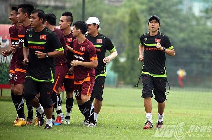 Công việc của HLV Miura hiện khá bận khi ông phải thường xuyên chạy đi chạy về giữa đội U23 và ĐTQG (Ảnh: Quang Minh)