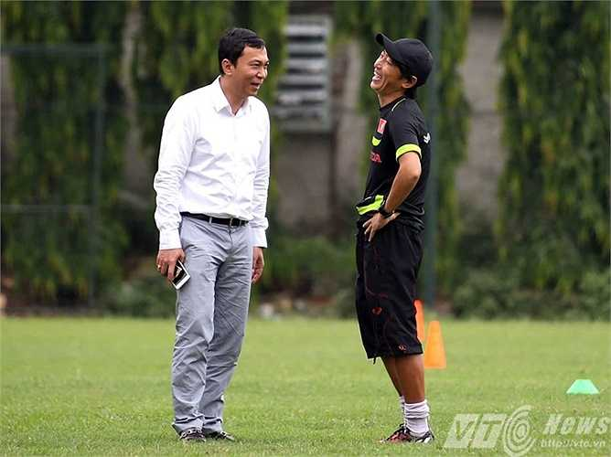Chiến lược gia 52 tuổi cười thả ga khi trò chuyện cùng Phó Chủ tịch VFF Trần Quốc Tuấn (Ảnh: Quang Minh)