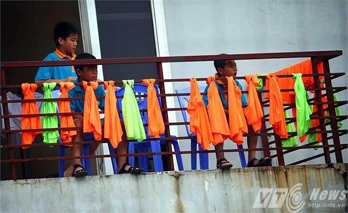 Những chú nhóc của đội trẻ U13 quốc gia quan sát đàn anh luyện tập (Ảnh: Quang Minh)