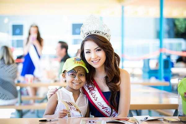 Trong ngày sinh hoạt picnic, các em nhỏ lần đầu tiên trong đời được tiếp xúc với hoa hậu Jennifer Chung ngoài đời thực