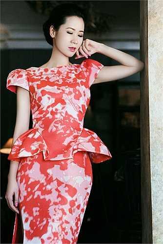Hoa hậu thân thiện của cuộc thi Hoa hậu Hoàn vũ Việt Nam 2008 khoe vẻ đẹp quyến rũ và tươi tắn khi xuống phố trong các bộ váy bay bổng và nữ tính