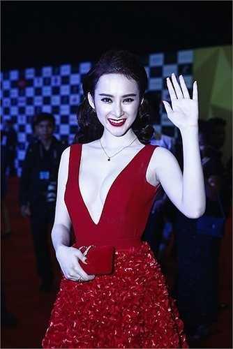 Sau năm 2013 không có nhiều thành công, năm 2014 cô rất 'chăm chỉ' diện đồ sexy và dính nhiều scandal đình đám.
