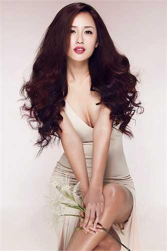 Hoa hậu Việt Nam 2006 sở hữu vòng 1 căng tròn, hấp dẫn. Chính điều này khiến cặp tuyết lê của Mai Phương Thúy từng dính tin đồn dao kéo
