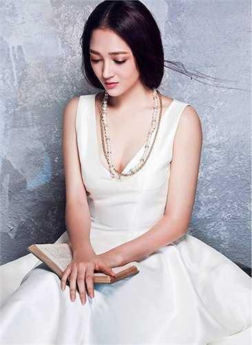 Bảo Anh khoe khe ngực đẹp với váy cổ V  (Nguồn: Dân Việt)