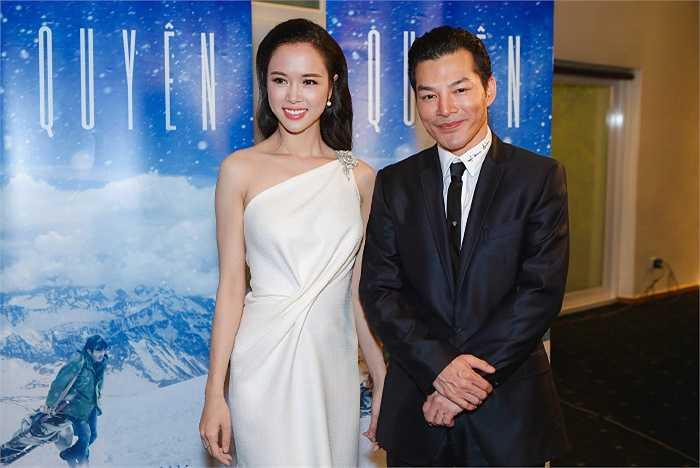 Tham gia một sự kiện quảng bá cho bộ phim 'Quyên' sắp ra mắt, Vũ Ngọc Anh diện đầm trắng lệch vai, sexy và ngọt ngào bên người tình tin đồn Trần Bảo Sơn.
