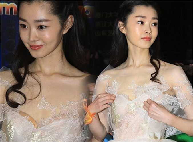 Ngày 10/5 vừa qua, Liên hoan phim Sinh viên Bắc Kinh lần thứ 22 đã khép lại tại thủ đô Trung Quốc. Tại sự kiện, rất nhiều người đẹp đã xuất hiện với trang phục xẻ sâu, hở lưng, xuyên thấu gợi cảm hút mắt.