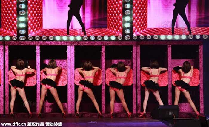 Cuối tuần qua, Hội chợ nội y Quốc tế Thâm Quyến – một trong những sự kiện quảng bá nội y, đồ ngủ lớn nhất châu Á đã bế mạc tại Trung Quốc. Để khép lại hội chợ, ban tổ chức đã tung ra một show khiêu vũ với nội y vô cùng nóng bỏng. Trong đó, các chân dài mặc nội y nhảy gợi cảm, đá cao chân không khác gì vũ công tại các show thoát y ở châu Âu.