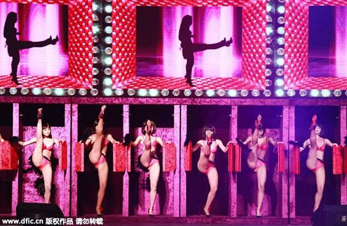 Màn nhảy sexy này là phần kết ấn tượng cho 3 ngày hội chợ đầy những hoạt động thu hút sự chú ý như: Vẽ bodypainting và vẽ lên nội y, biểu diễn nội y với đủ loại trang phục từ gợi cảm tới phản cảm và cả một cuộc thi tìm ra chân dài mặc nội y gợi cảm nhất.  (Nguồn: 24h)