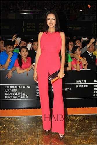 ... và hoa hậu Trương Tử Lâm lại khá kín đáo
