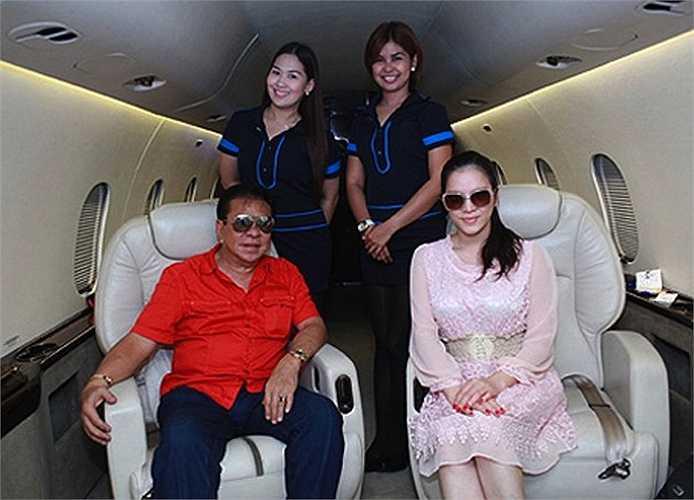 Cô từng nhiều lần khoe gặp gỡ các tỷ phú, ngôi sao ở nước ngoài. Anh nuôi Chavit Singson của cô là một tỷ phú người Philippines, hiện đang là cố vấn cho tổng thống nước này.