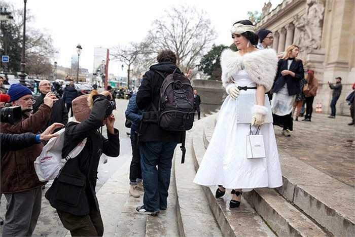 Trong show của Chanel 2014, Lý Nhã Kỳ chọn phong cách thời trang của thập niên 50 - 60, kín đáo và cổ điển.