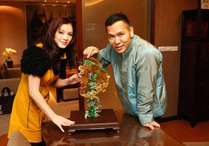 Cô chụp ảnh kỉ niệm cùng người anh nuôi - tỷ phú Soofeen Hu.