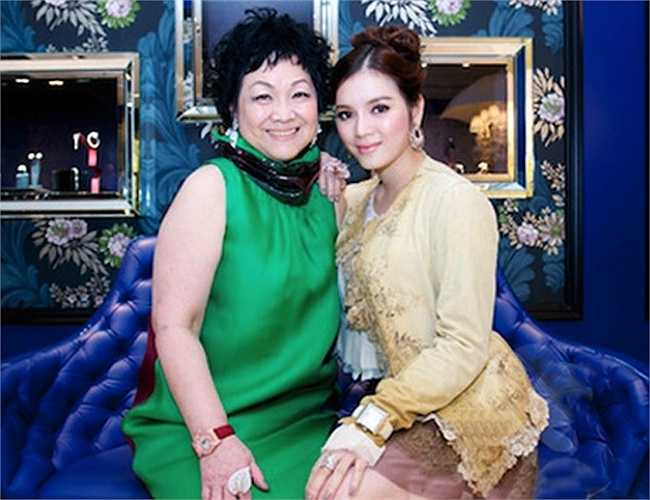 Lý Nhã Kỳ và mẹ nuôi - một tỷ phú người Hong Kong.