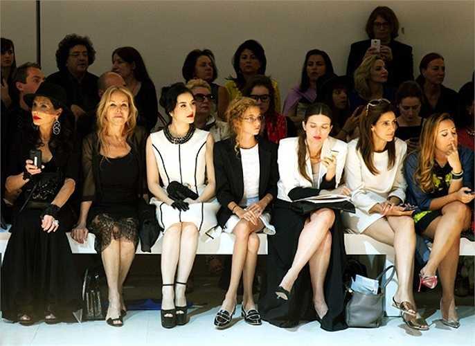 Lý Nhã Kỳ cùng những khách mời quan trọng ngồi ở hàng ghế đầu tiên theo dõi chương trình.