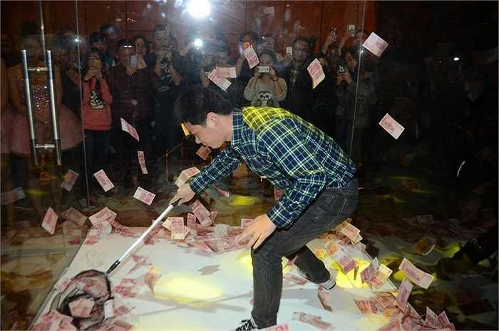 9 Limited, một nhà phát triển và vận hành game online ở Trung Quốc đã đổ đầy tiền vào một chiếc tủ kính để nhân viên thi nhau vợt trong buổi tiệc lớn được tổ chức hàng năm.