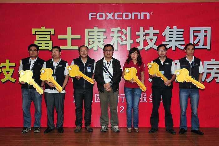 Cuối năm 2012, Foxconn tặng 71 nhân viên xuất sắc phần thưởng mà ai cũng ao ước: 71 ngôi nhà ở thành phố Vũ Hán, tỉnh Hồ Bắc.