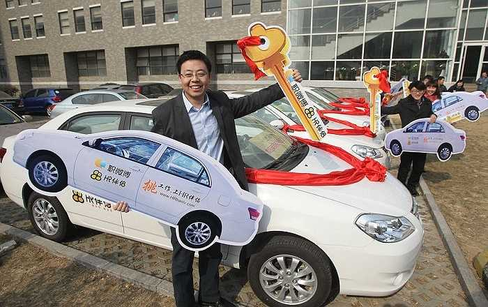 Cũng trong năm 2012, 12 nhân viên xuất sắc nhất năm của một công ty công nghệ ở Thanh Đảo, tỉnh Sơn Đông lại được nhận quà Tết là những chiếc ô tô đắt tiền.