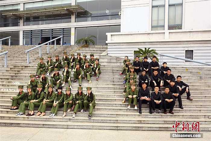 Nam thanh nữ tú trong bộ đồng phục lính.