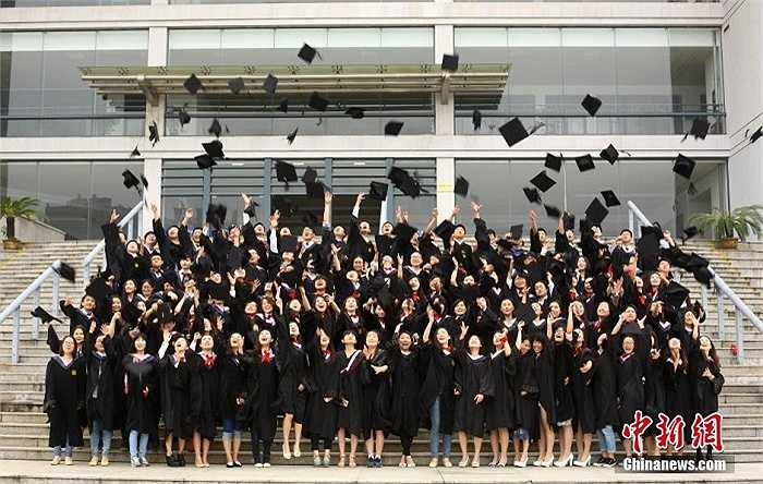 Các sinh viên vui vẻ và hớn hở trong ngày tốt nghiệp.