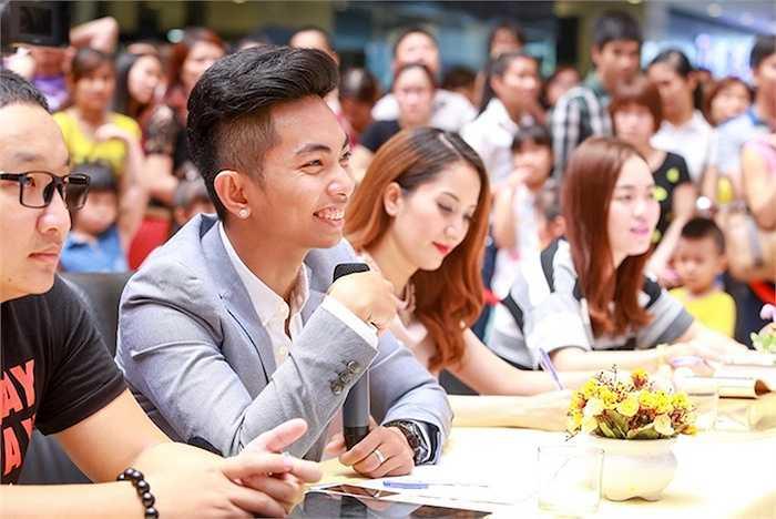 Gương mặt Phan Hiển rạng ngời vẻ hạnh phúc.