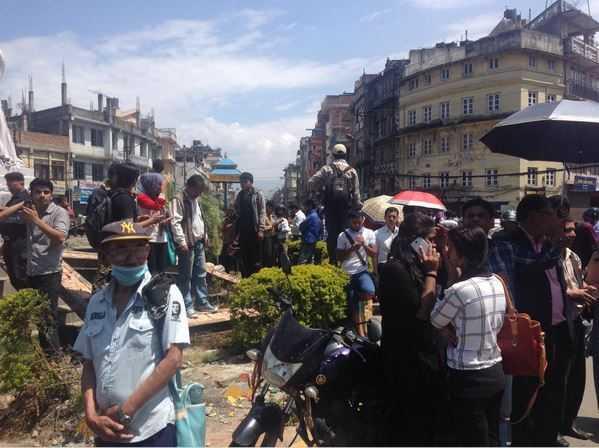 Người dân Nepal lao ra đường trong vụ động đất