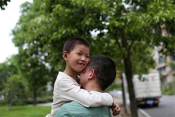 Vì y học gần như đã bó tay, người cha đưa con đi dạo phố với hy vọng phong cảnh tươi đẹp Hàng Châu sẽ giúp con mình khỏi bệnh