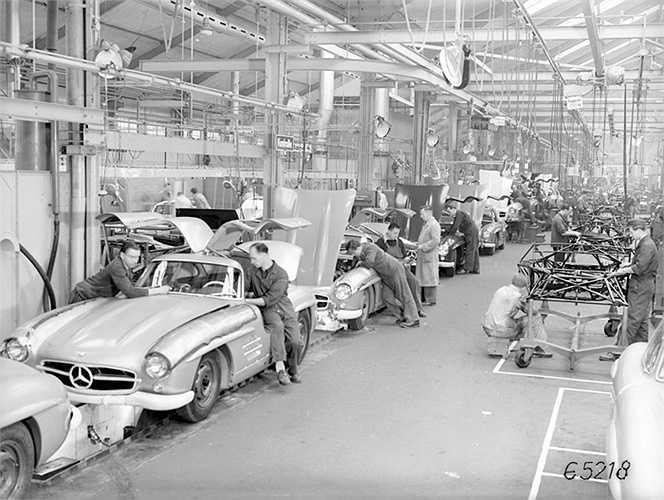 Vẫn đang gặp khó khăn sau chiến tranh thế giới II, Công ty sở hữu nhãn hiệu Mercedes-Benz đã trở lại cuộc đua công nghệ với các hãng xe Âu Mỹ khác bắt đầu từ năm 1952. Họ tập trung chế tạo một mẫu xe thể thao sang trọng bậc nhất.